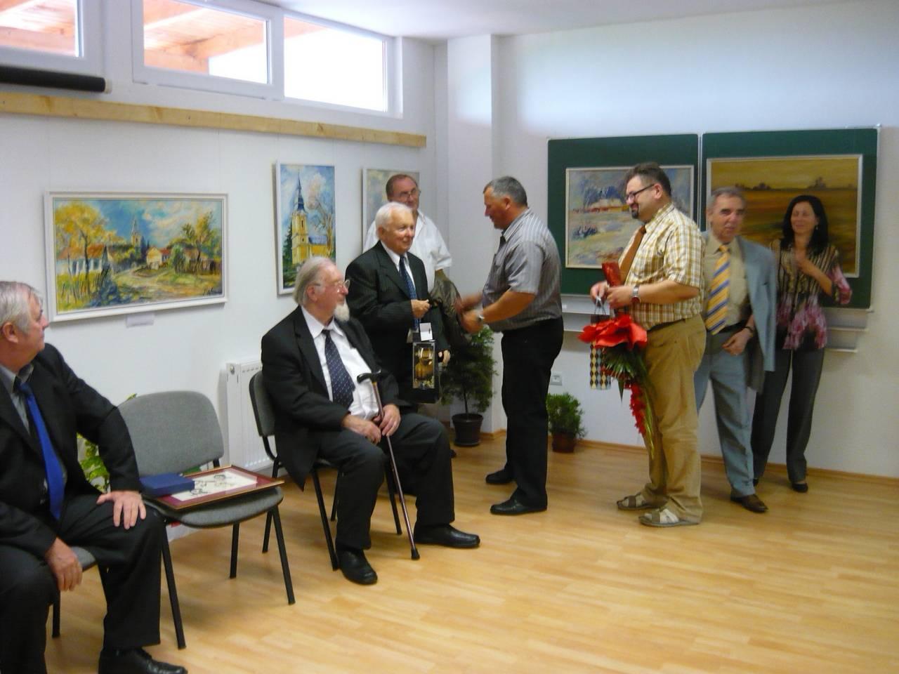 Festőművész kitüntetése és kiállítása Hencidán