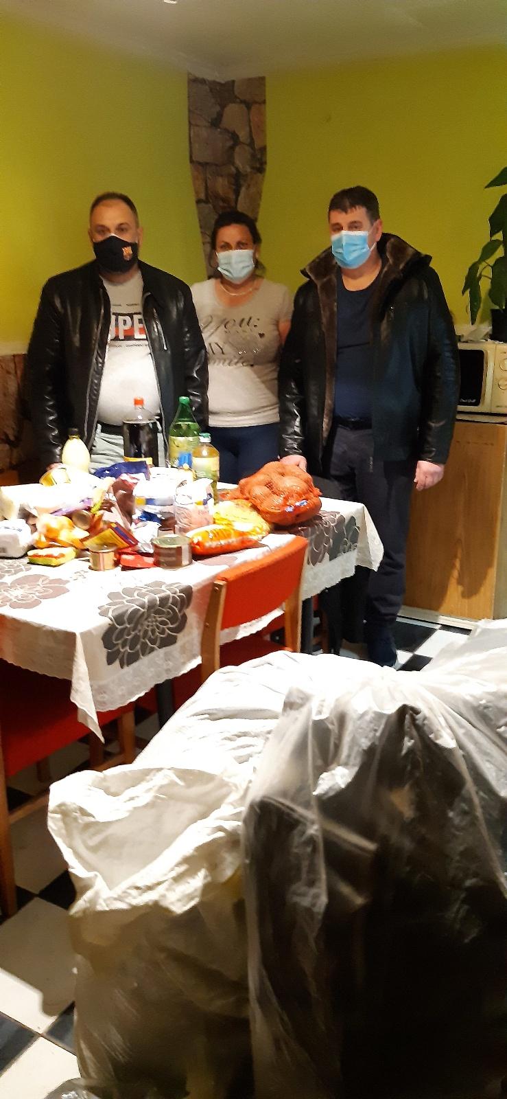 Egy besenyődi családnak adományozott ruhákat és élelmiszert a Nyírvasvári SZERETETPONT 1