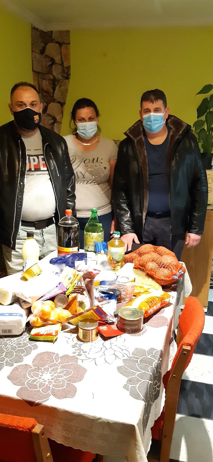Egy besenyődi családnak adományozott ruhákat és élelmiszert a Nyírvasvári SZERETETPONT 2