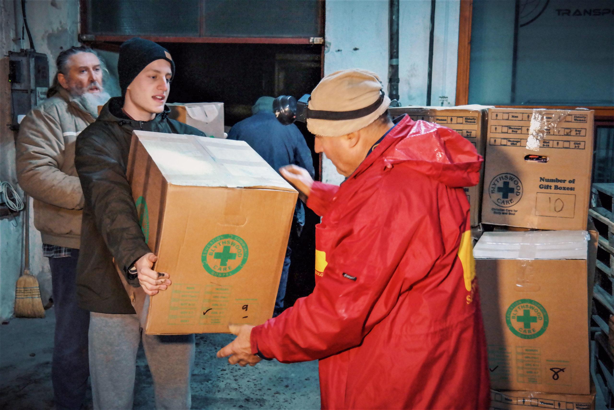 Cipős doboz ajándékok érkezése Skóciából (Videó)