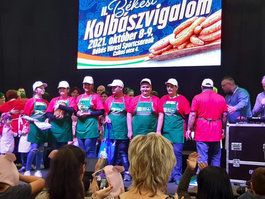 """Read more about the article I. helyezett lett a Reményhír """"Keménymag"""" csapata a kolbászgyúró versenyen!"""